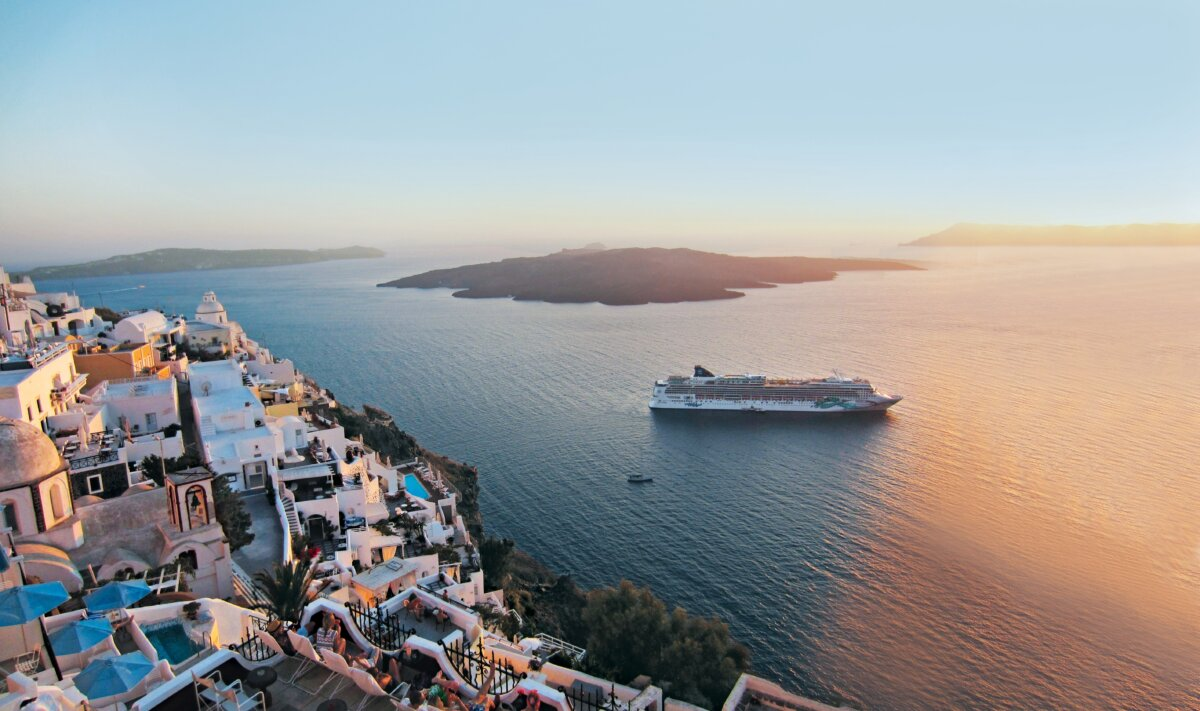 Die Norwegian Jade vor Santorini  ©Norwegian Cruise Line